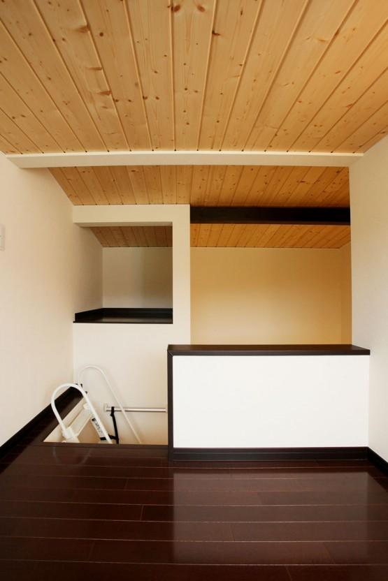 空間に鎮座する墨色の家